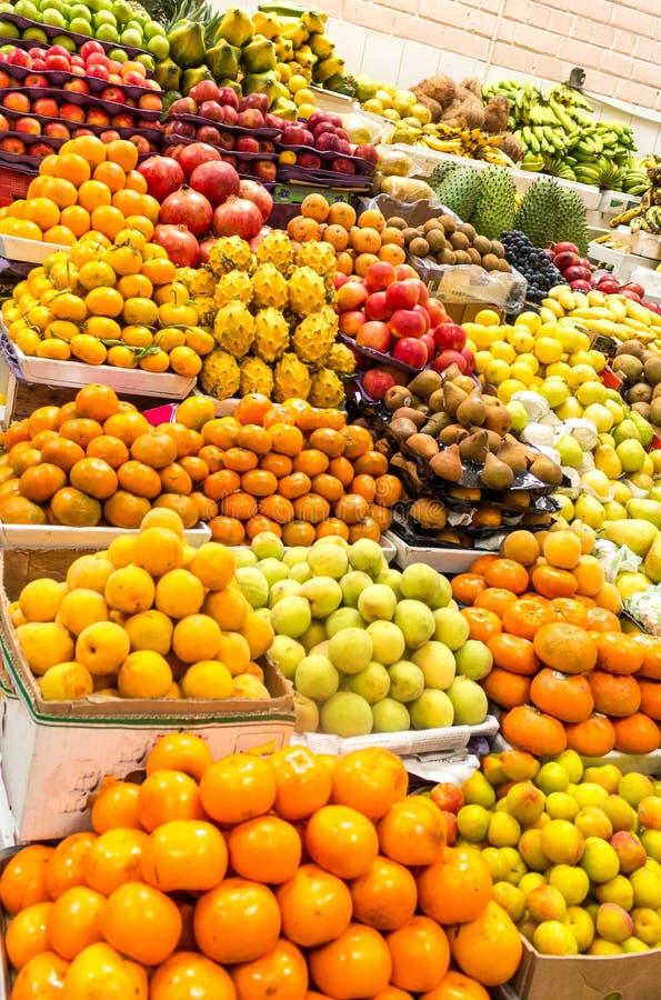 Stalle du marché vendant les fruits divers et colorés image stock