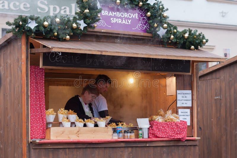 Stalle en bois avec des pommes chips aux marchés de Noël image stock