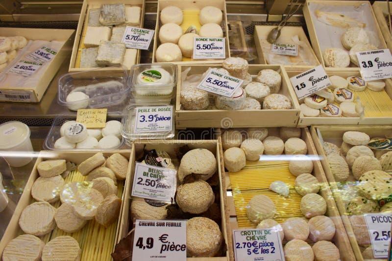 Stalle française de marché de fromage photographie stock