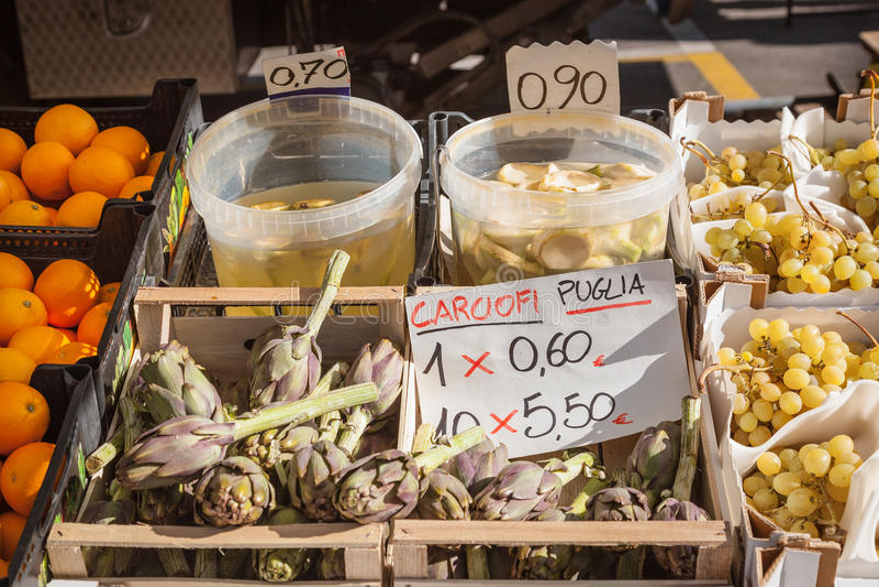 Stalle italienne du marché avec des artichauts image libre de droits