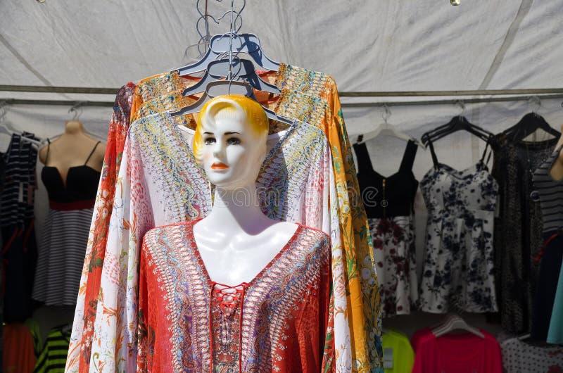 Stalle pour des vêtements avec la poupée de mannequin images stock