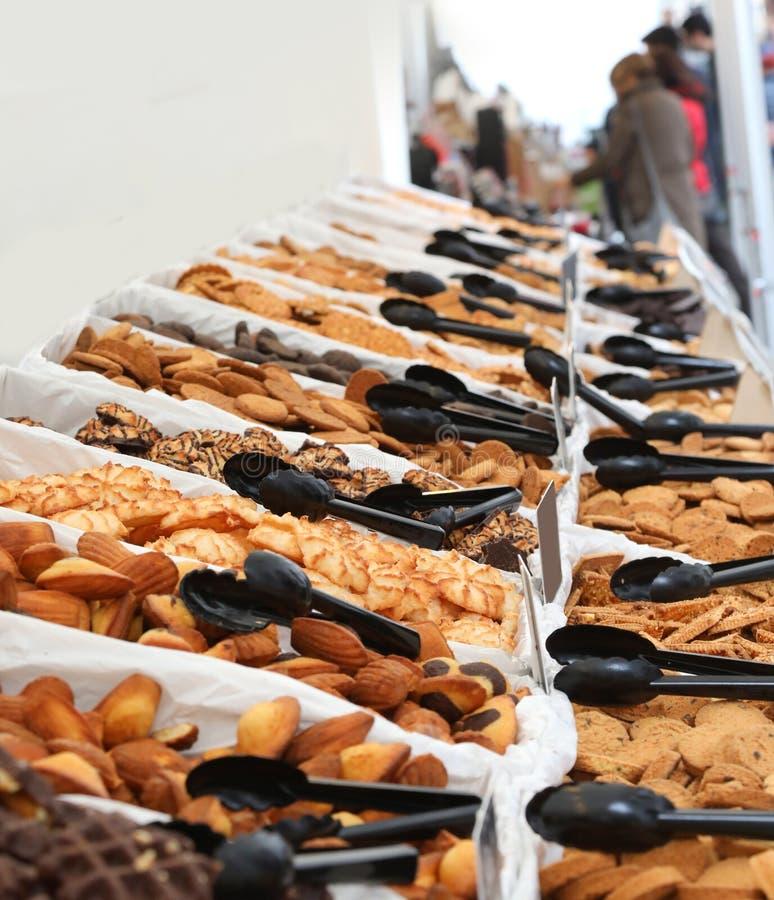 stalle sur le marché avec beaucoup de biscuits image stock
