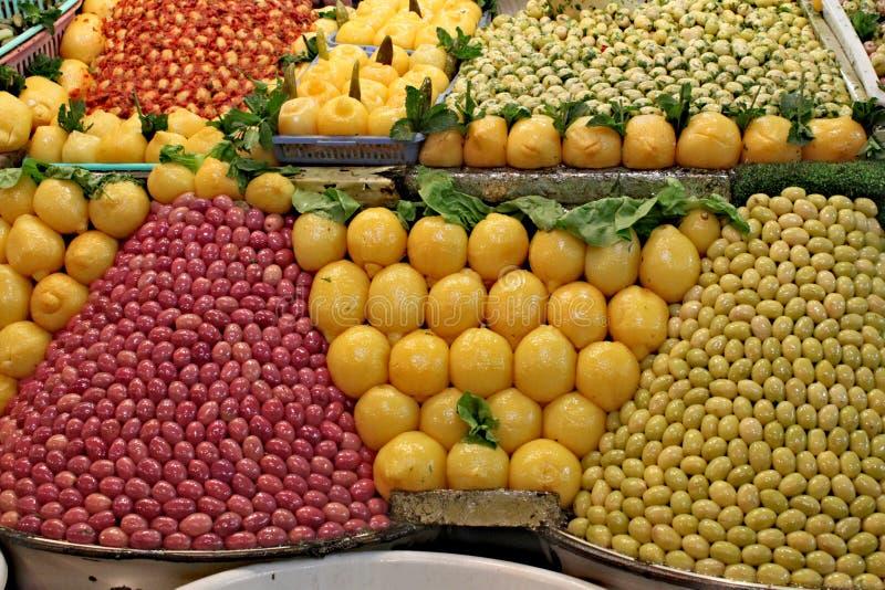 Stalle traditionnelle complètement des olives et des citrons photos stock