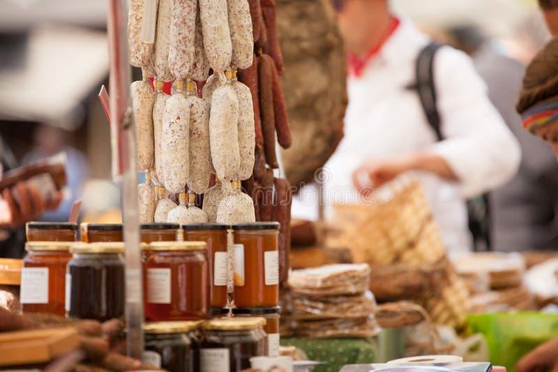 Stalle typique de marché de nourriture pendant une célébration locale d'automne dedans images stock