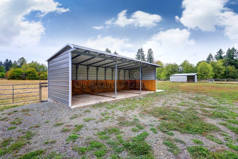 Stalle vuote nell'azienda agricola del cavallo fotografia stock