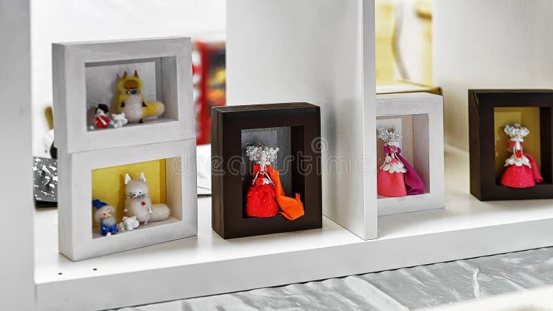 Stallen med handgjorda dockor på Vilnius jul marknadsför arkivfoton