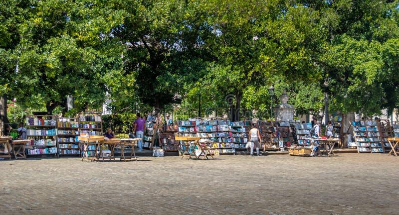 Stalles de livre d'occasion au marché aux puces sur Plaza de Armas - La Havane, Cuba image libre de droits
