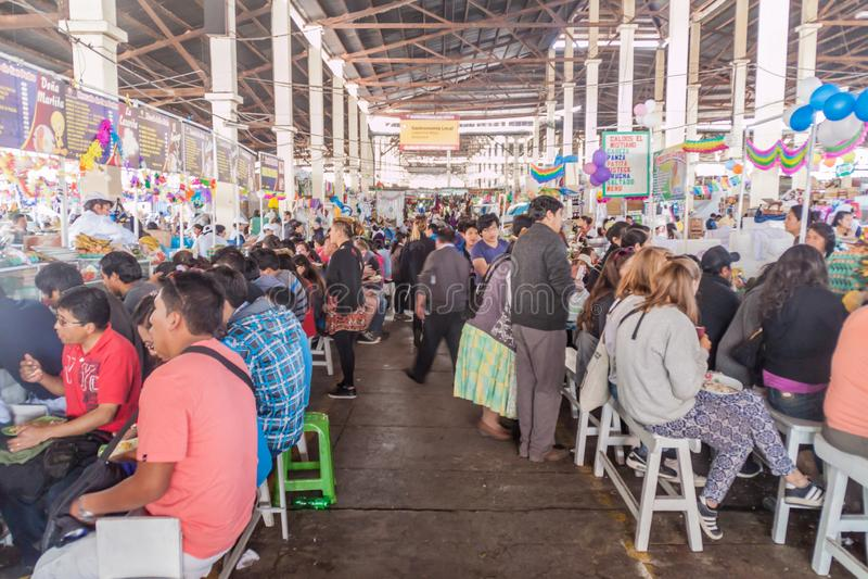 Stalles de nourriture sur le marché de Mercado San Pedro dans Cuzco image stock