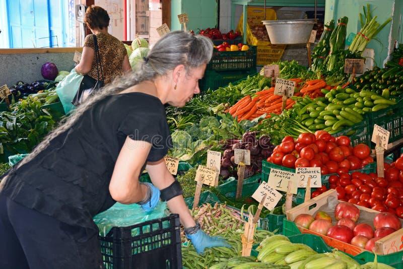 Stallholder que clasifica las verduras, Heraklion foto de archivo libre de regalías