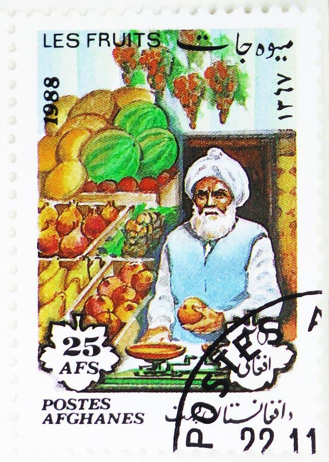 Stallholder que pesa la fruta, serie de la fruta, circa 1988 imagen de archivo libre de regalías