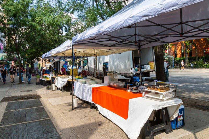 Stalls de marchands avec visiteurs à un festival de plein air à New York images libres de droits