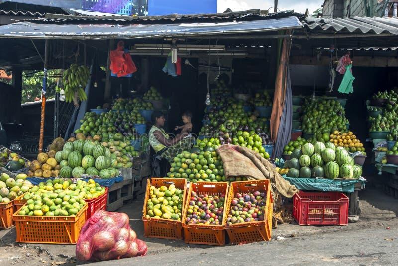 Stalls för ny frukt som lokaliseras på vägrenen i Kandy arkivbild