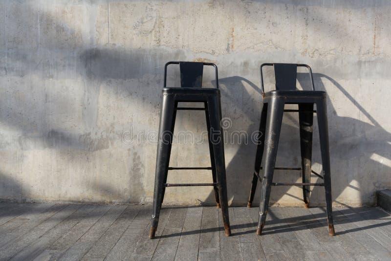 Stalowa ławka w parku na drewnianej podłodze z betonowym tłem obraz stock