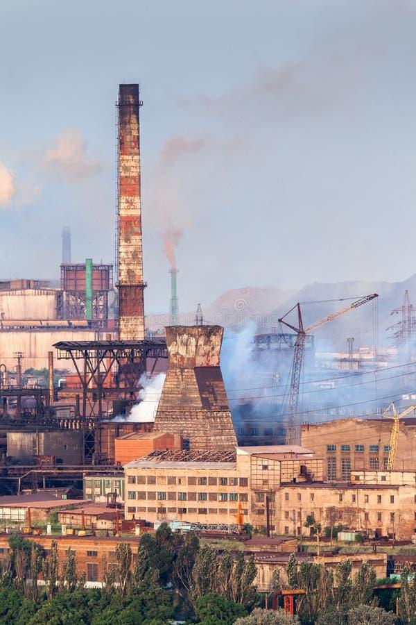 Stalowa fabryka z smokestacks przy zmierzchem metalurgiczna roślinnych steelworks, żelazo pracy Przemysł ciężki w Europa zdjęcie stock