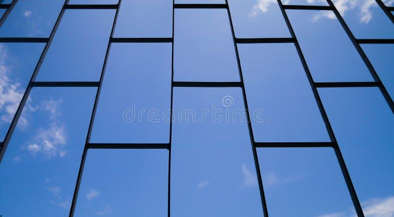 Stalowa klatka z niebieskim niebem, spojrzenie przy niebem od więzienia, więzienia pojęcie obrazy stock