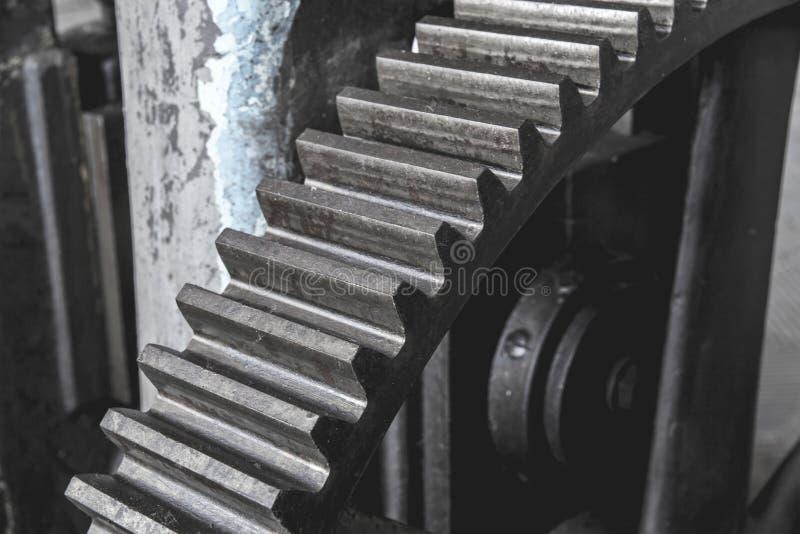 Stalowa ogromna przekładnia Flywheel od starej maszyny w fabryce zdjęcie royalty free