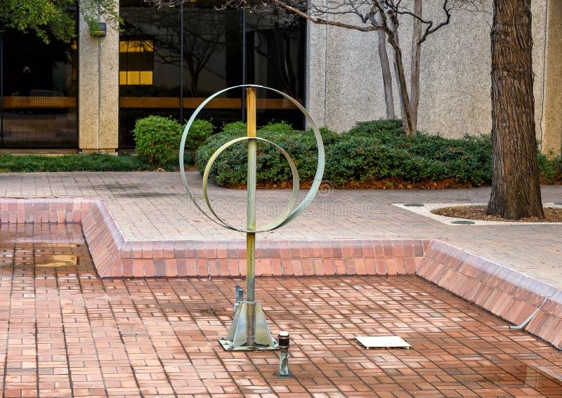 Stalowa rzeźba bez tytułu z dwoma okręgami przeciętymi przez pojedynczą wiązkę fotografia royalty free