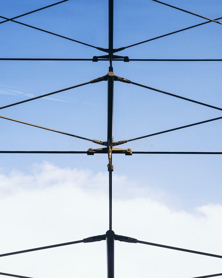 Stalowa smyczkowa kreskowej struktury architektura wyszczególnia niebieskie niebo zdjęcie stock