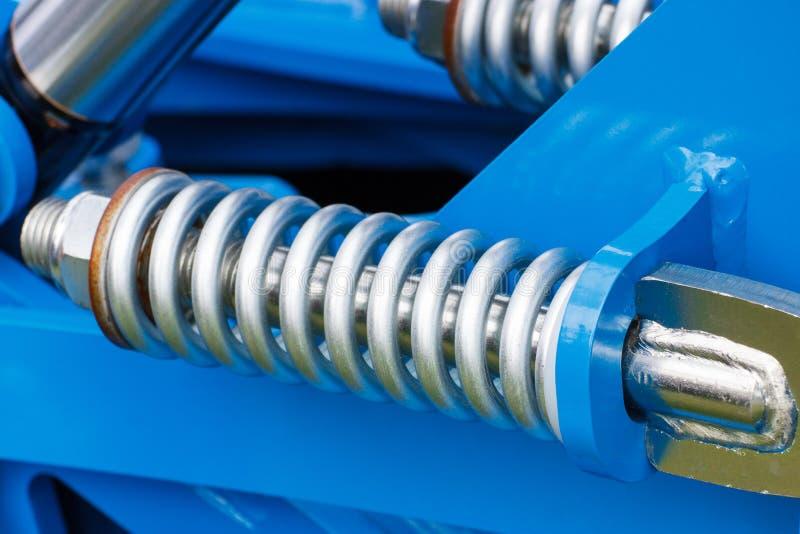 Stalowa wiosna jako szczegół błękitny przemysłowej maszynerii, technologii i inżynierii pojęcie, obraz stock
