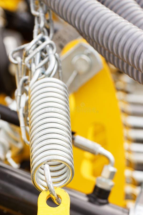 Stalowa wiosna jako szczegół przemysłowej lub rolniczej maszynerii pojęcie, fotografia stock