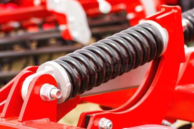 Stalowa wiosna na maszynerii, technologii i inżynierii przemysłowej lub rolniczej, zdjęcie royalty free