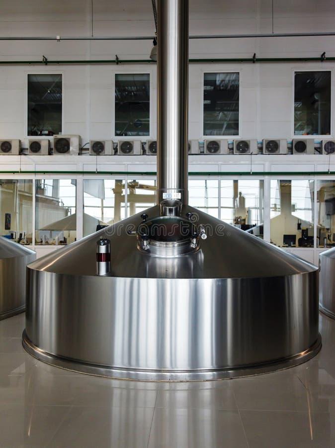 Stalowe fermentacj bednie na piwowar fabryce fotografia stock