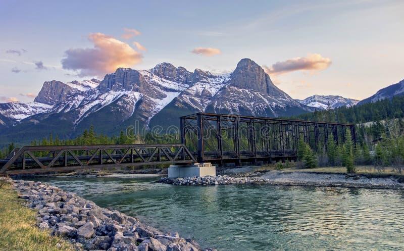 Stalowego Kratownicowego silnika mostu łęku Skalistych gór Canmore Banff Rzeczny Kanadyjski park narodowy zdjęcia stock