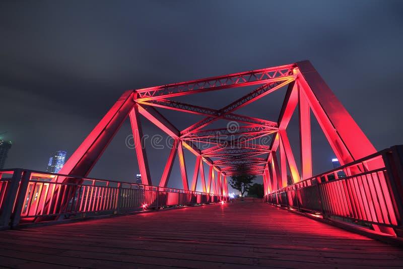 Stalowej struktury mosta zakończenie przy noc krajobrazem zdjęcie stock