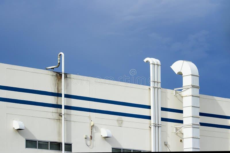 Stalowi lotniczy kanały biali na zewnątrz budynku z niebieskim niebem fotografia royalty free