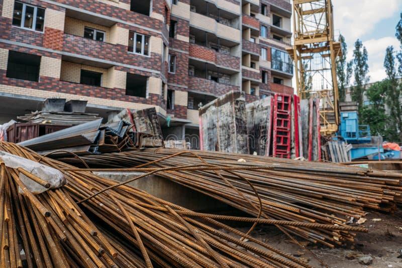 Stalowi prącia lub bary dla wzmacnienia beton na przemysłowej budowie nowy budynek obrazy royalty free