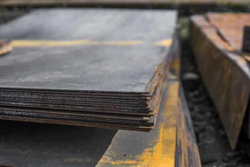 Stalowi prześcieradła deponowali w stertach w paczkach przy magazynem metali produkty Wietrzejący metalu prześcieradło dla budowy obraz royalty free