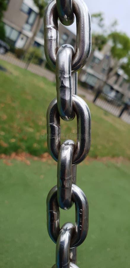 Stalowy chrom matrycujący łańcuch w szczególe używać w boisku w Delft holandie obraz stock