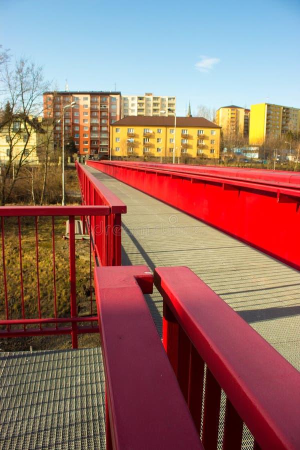 Stalowy czerwień most nad koleją i blokiem mieszkalnym obraz stock