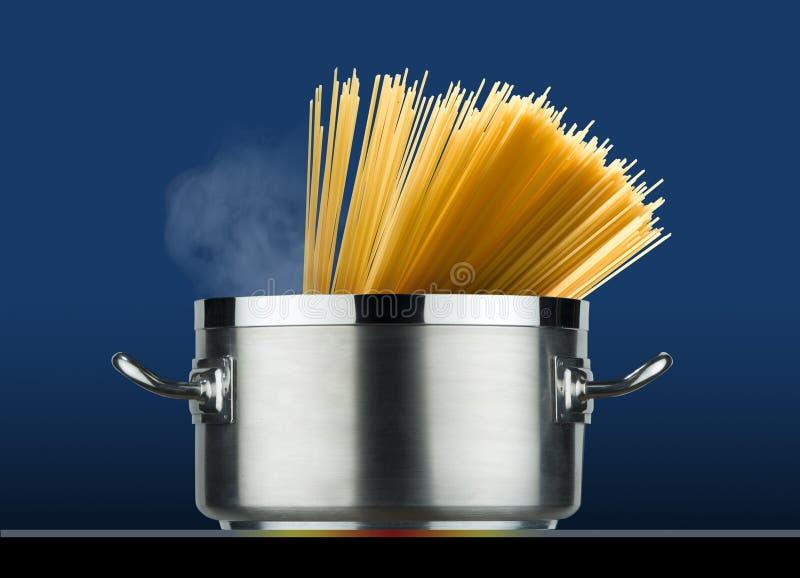 Stalowy garnek z spaghetti kucharstwem zdjęcie stock