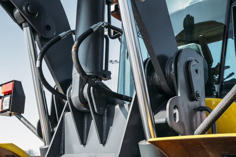 Stalowy hydraulika system przy przemysłowym ciągnikiem lub ekskawatorem fotografia stock