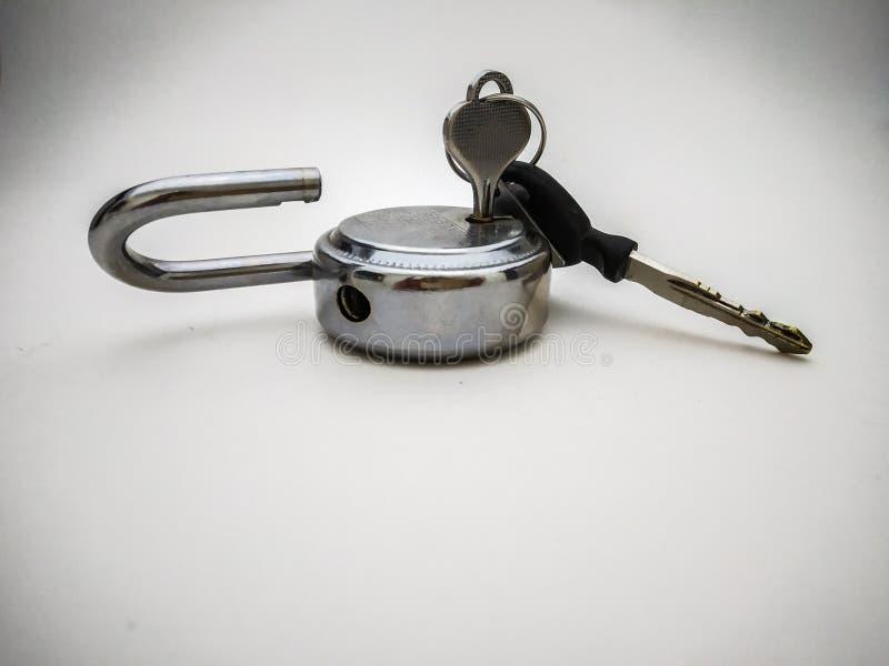 stalowy kędziorek i klucz w białym tle fotografia stock