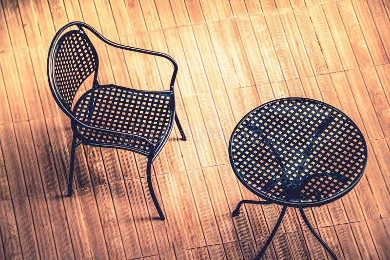 Stalowy krzesło i stół na drewnianej podłoga: odgórny widok obrazy royalty free