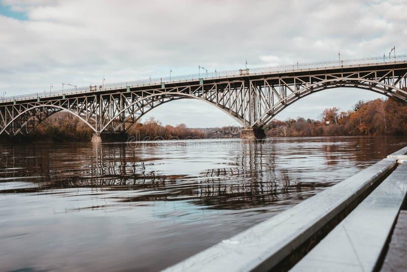 Stalowy most nad rzek? obrazy royalty free