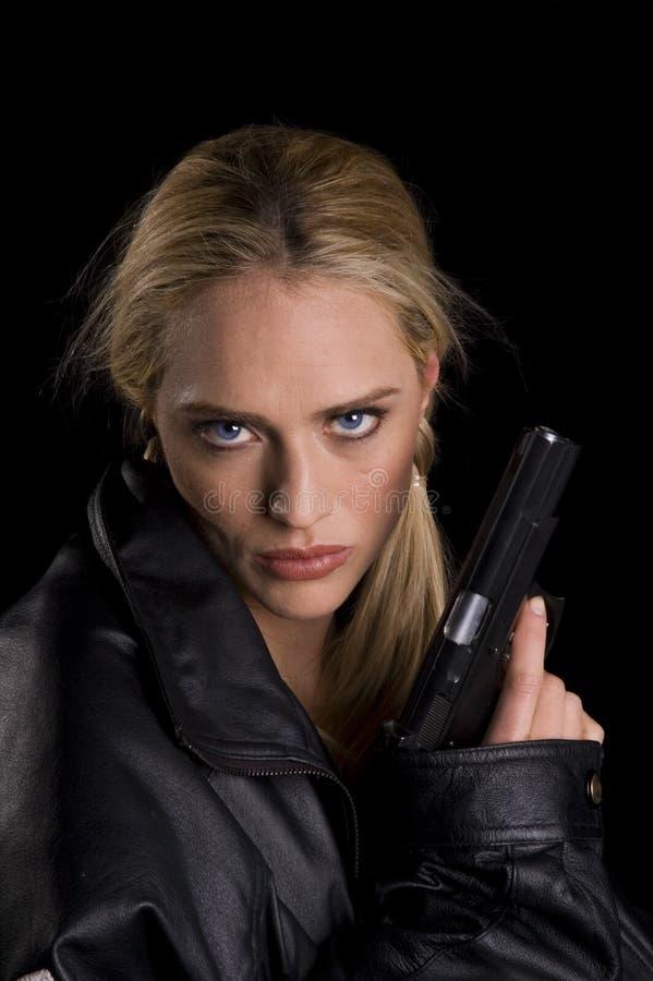 Stalowy przyglądający się kobiety woth pistolet zdjęcia stock