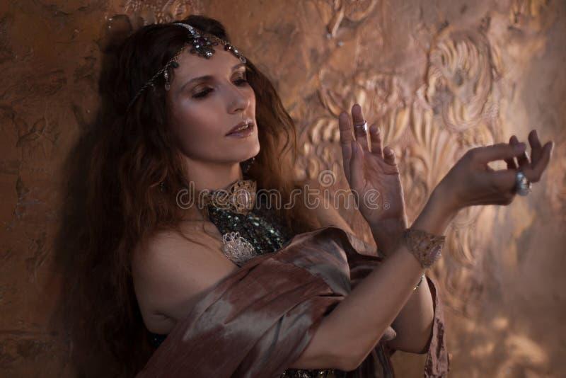 Stam- dansare, härlig kvinna i den etniska stilen på en texturerad bakgrund royaltyfria bilder