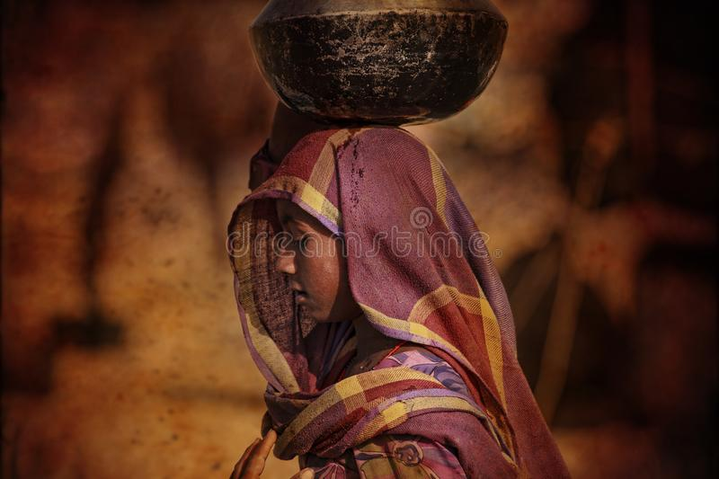Stam- flicka som får vatten, Puskar, Indien royaltyfri fotografi