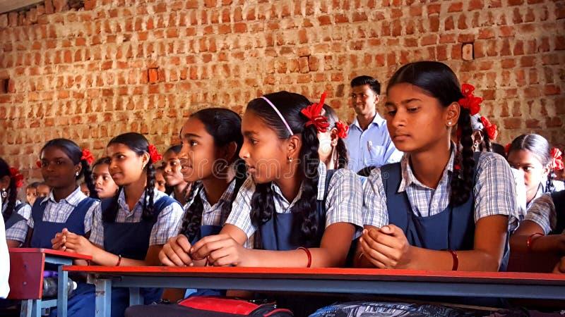Stam- flickastudenter i en skola i Indien royaltyfria bilder