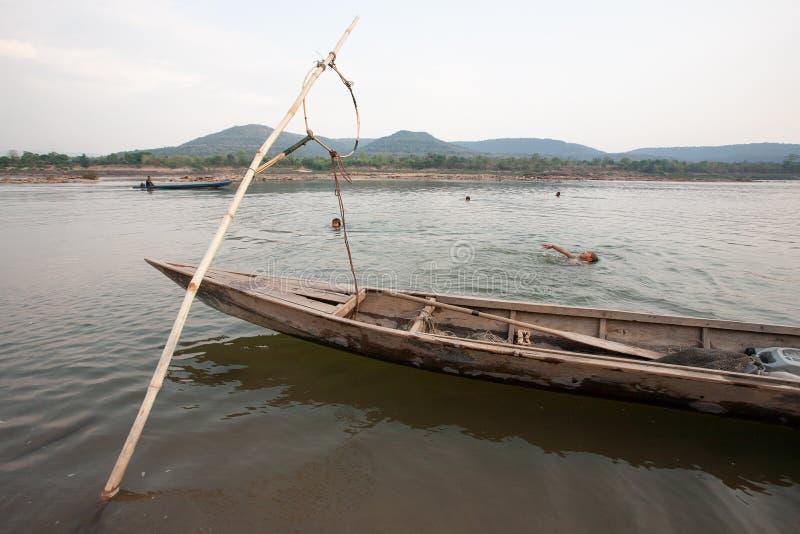 StamBru Children simning och spela i Mekong River i summe arkivfoto