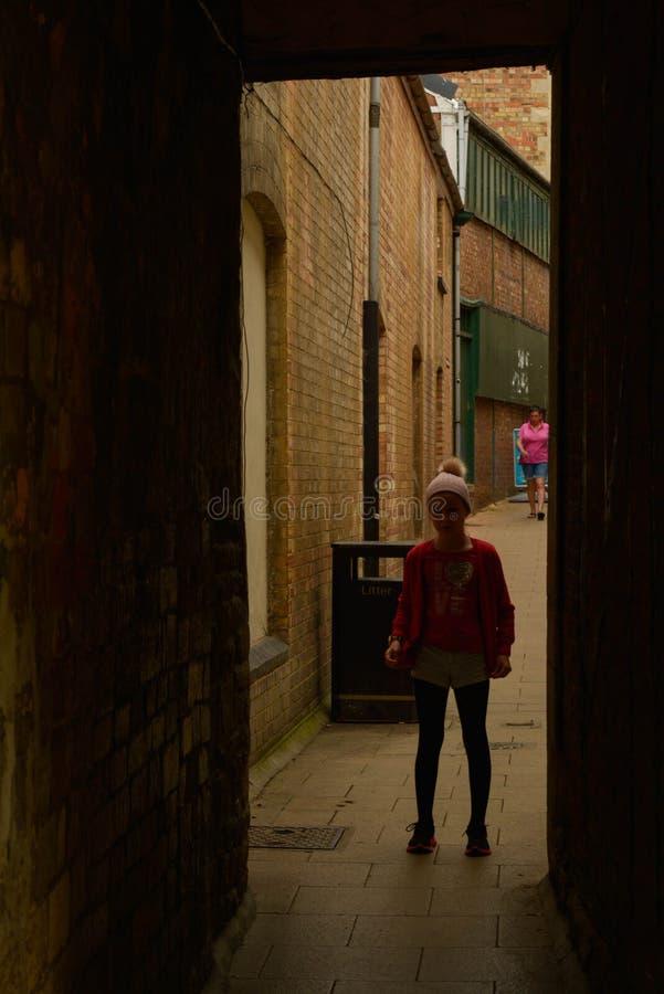 Stamford England, Maj 31, 2019 - kontur av ett barn mellan byggnadsv?ggar, borttappat barn arkivbild
