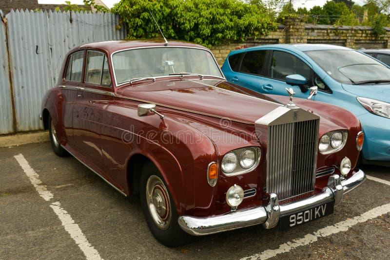 Stamford, Reino Unido 31 de maio de 2019 - carro vermelho de rolls royce do vintage luxuoso, exterior imagens de stock royalty free