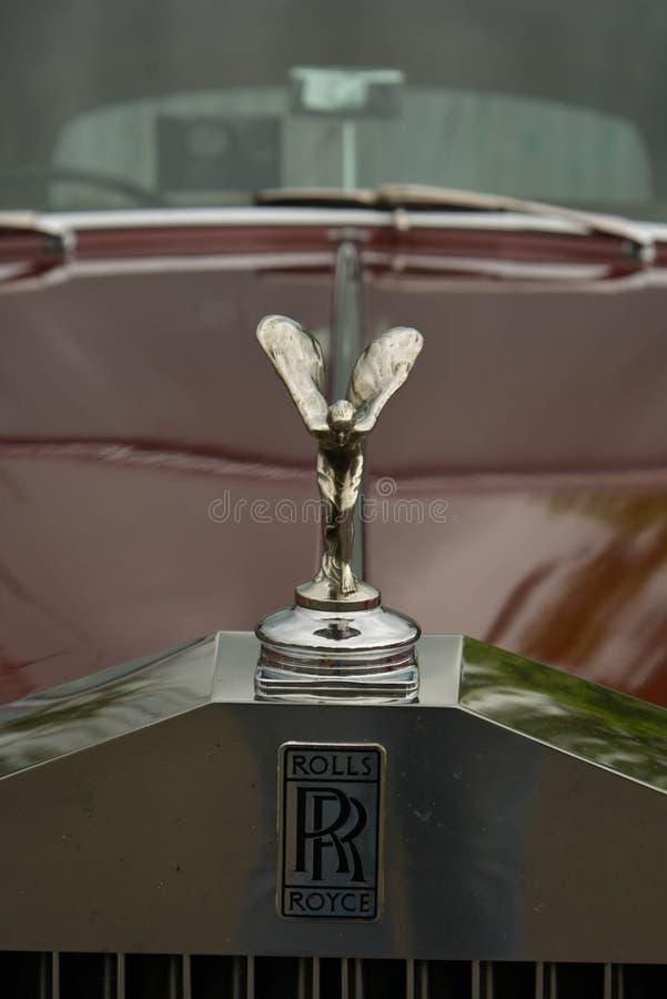 Stamford, Reino Unido 31 de maio de 2019 - emblema luxuoso de rolls royce do vintage, carro vermelho, exterior imagens de stock royalty free