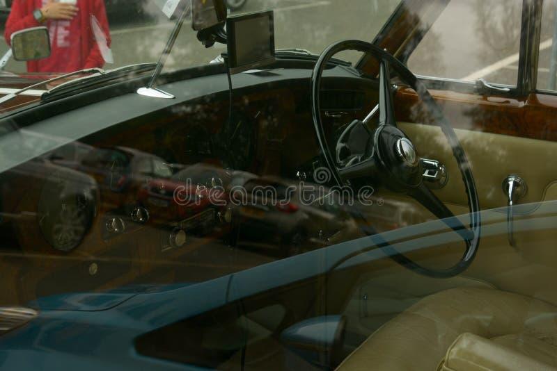 Stamford, Reino Unido 31 de maio de 2019 - interior do carro vermelho de rolls royce do vintage luxuoso, exterior imagens de stock royalty free