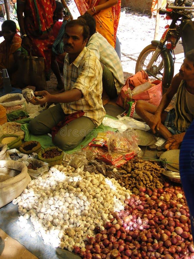 Stammes- Dorfbewohner verhandeln um Gemüse stockfoto