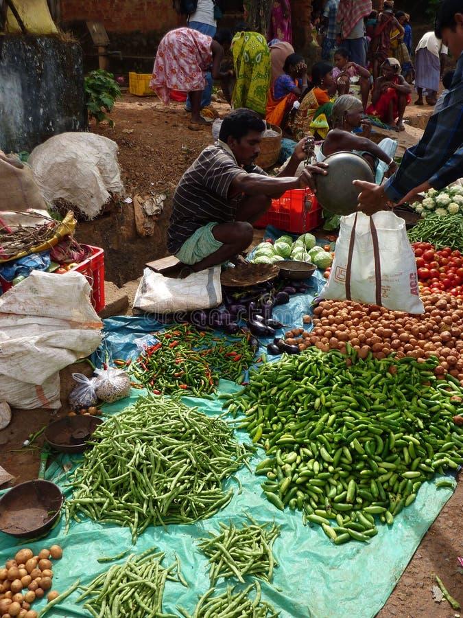 Stammes- Dorfbewohner verhandeln um Gemüse lizenzfreie stockfotografie