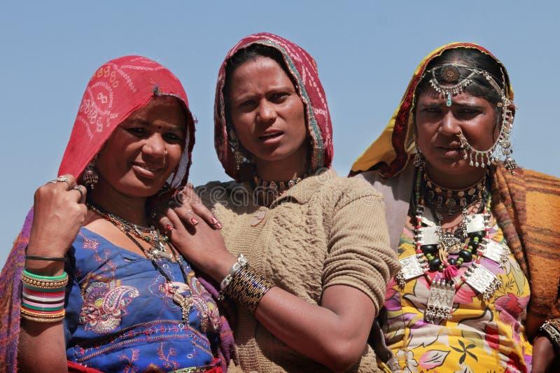 Stammes- Frauen kleideten oben in traditionellem Rajasthani-Kostüm an stockbilder